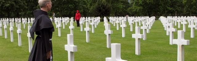 41144_un_franciscano_reza_en_un_cementerio_de_la_guerra_mundial___las_ideologias_modernas_son_las_que_han_causado_mas_muertes_por_guerra